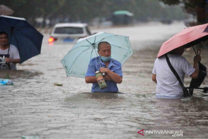 https: img.okezone.com content 2021 07 22 18 2444143 korban-tewas-banjir-zhengzhou-jadi-25-sementara-7-lainnya-masih-hilang-HY8HtaJWWc.jpg