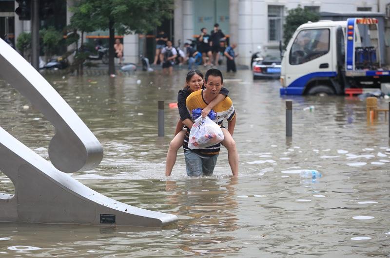 https: img.okezone.com content 2021 07 22 18 2444300 kbri-beijing-pastikan-tak-ada-wni-jadi-korban-banjir-zhengzhou-EFENN3GIqc.JPG