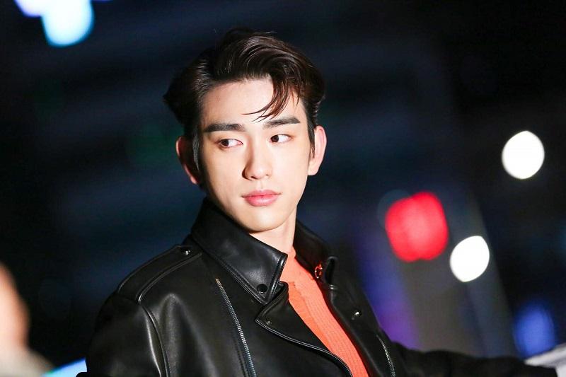 https: img.okezone.com content 2021 07 22 206 2444219 jinyoung-got7-resmi-gabung-drama-baru-kim-go-eun-yumi-s-cells-GUdVJrsSSM.jpg