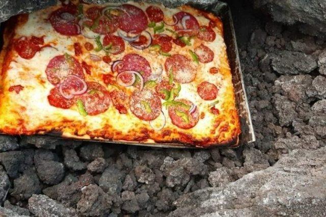 https: img.okezone.com content 2021 07 22 298 2444613 viral-pizza-pacaya-dimasak-pakai-lava-gunung-berapi-turis-pun-rela-membeli-mahal-seJBtlr1IV.jpg