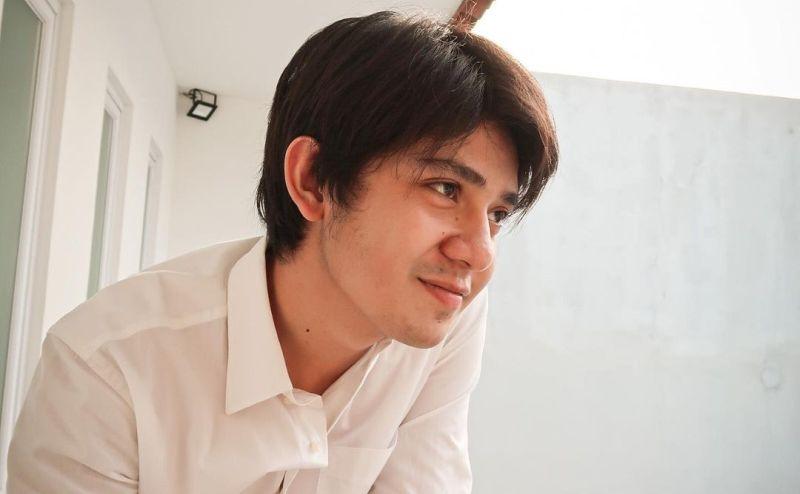 https: img.okezone.com content 2021 07 22 33 2444189 arbani-yasiz-berduka-ayahnya-meninggal-dunia-usai-berjuang-melawan-covid-19-TJQyckNPST.jpg