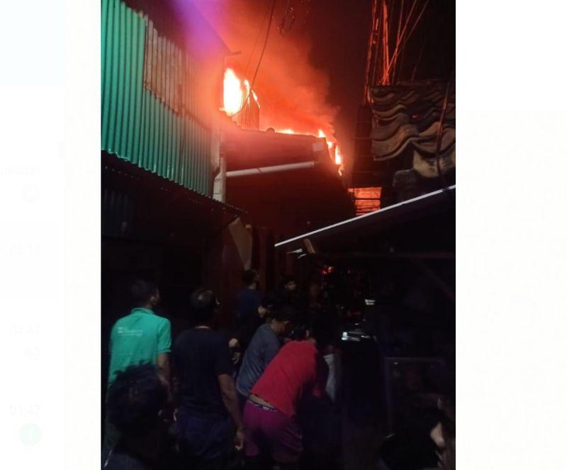 https: img.okezone.com content 2021 07 22 338 2444085 kebakaran-landa-pemukiman-padat-penduduk-di-tambora-amHWJ56lEi.jpg