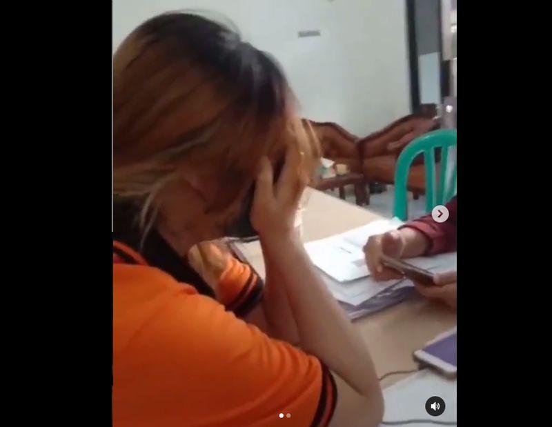 https: img.okezone.com content 2021 07 22 338 2444245 viral-wanita-petugas-bansos-tunai-menangis-dibentak-bentak-warga-CYi4YA1eeO.jpg