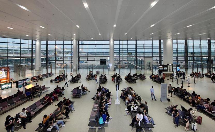 https: img.okezone.com content 2021 07 22 406 2444183 belasan-petugas-bandara-tertular-corona-ratusan-penerbangan-batal-oAZNztcrVb.JPG