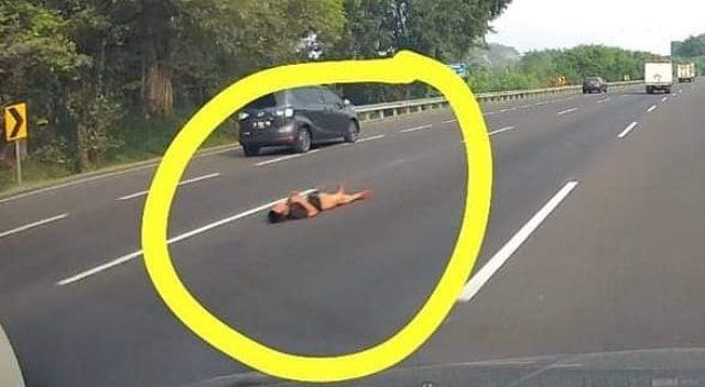 https: img.okezone.com content 2021 07 22 612 2444599 viral-pria-tiduran-santai-di-tengah-jalan-tol-netizen-pun-syok-QMIodnHlBr.jpg