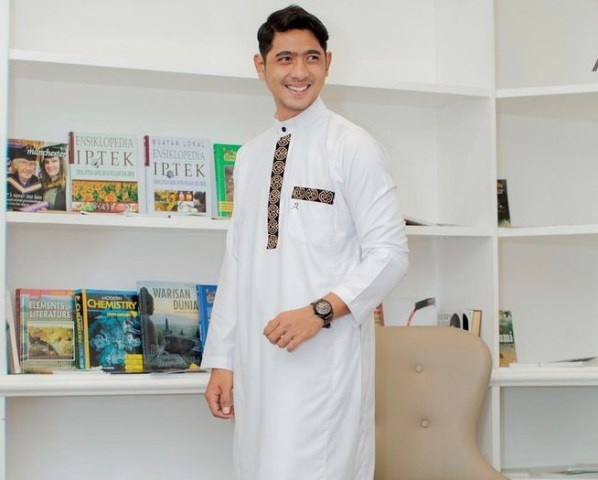 https: img.okezone.com content 2021 07 22 614 2444313 gaya-ganteng-syari-arya-saloka-pakai-jubah-gamis-bikin-netizen-histeris-cakepnya-suami-orang-QmX5pGDAIb.jpg