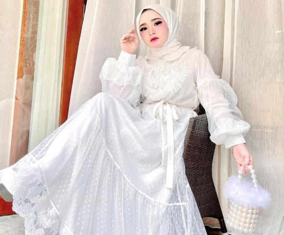 https: img.okezone.com content 2021 07 22 617 2444428 4-gaya-herlin-kenza-barbie-hijab-yang-bikin-heboh-gara-gara-kerumunan-fRGFckoGmv.jpg