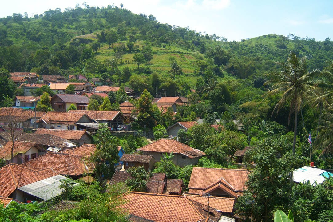 https: img.okezone.com content 2021 07 23 337 2444667 kisah-kampung-cirendeu-penganut-sunda-wiwitan-makanan-pokoknya-singkong-TJy1CQZefC.jpg