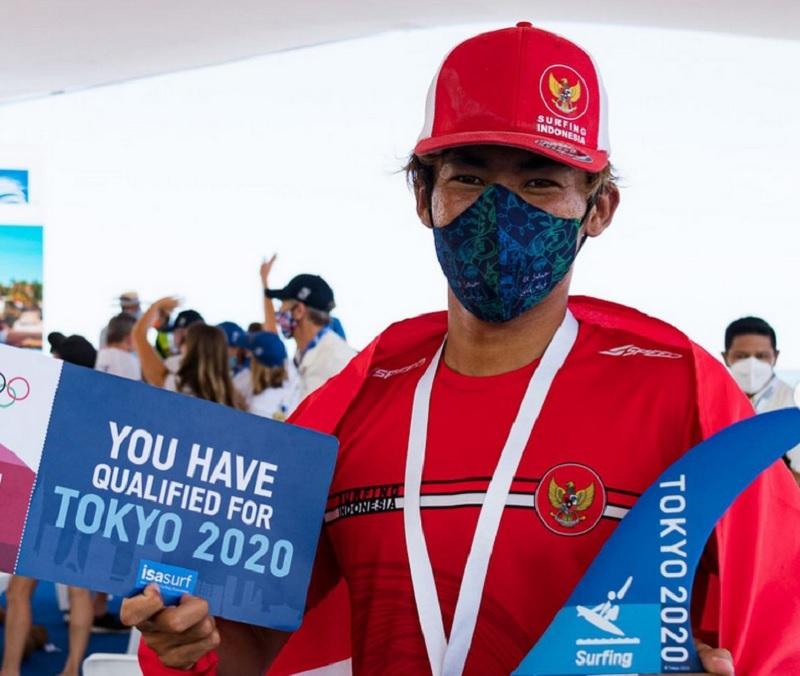https: img.okezone.com content 2021 07 23 43 2445043 peselancar-rio-waida-kenakan-baju-adat-bali-di-upacara-pembukaan-olimpiade-tokyo-2020-qlUQlV33ik.jpg