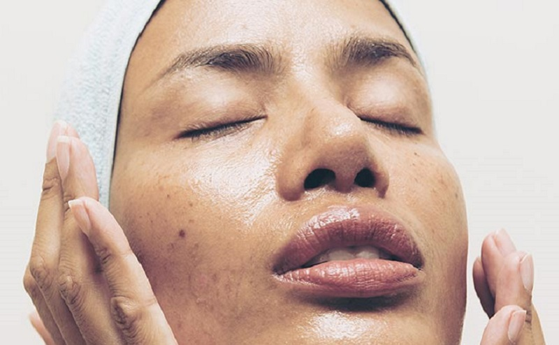 https: img.okezone.com content 2021 07 23 611 2444937 kulit-sering-berminyak-mungkin-ini-4-penyebabnya-yuidfkKUwG.jpg