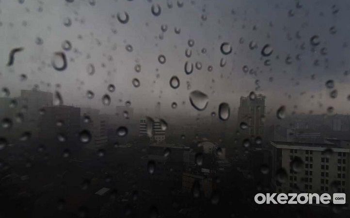 https: img.okezone.com content 2021 07 24 338 2445205 hujan-petir-diprediksi-melanda-jakarta-di-siang-hari-B6rFlLzVwV.jpg