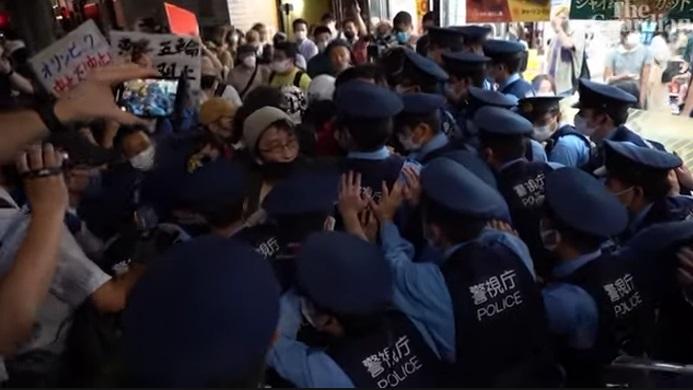 https: img.okezone.com content 2021 07 24 43 2445218 ratusan-orang-unjuk-rasa-saat-upacara-pembukaan-olimpiade-tokyo-2020-Xl70Dxn56k.jpg