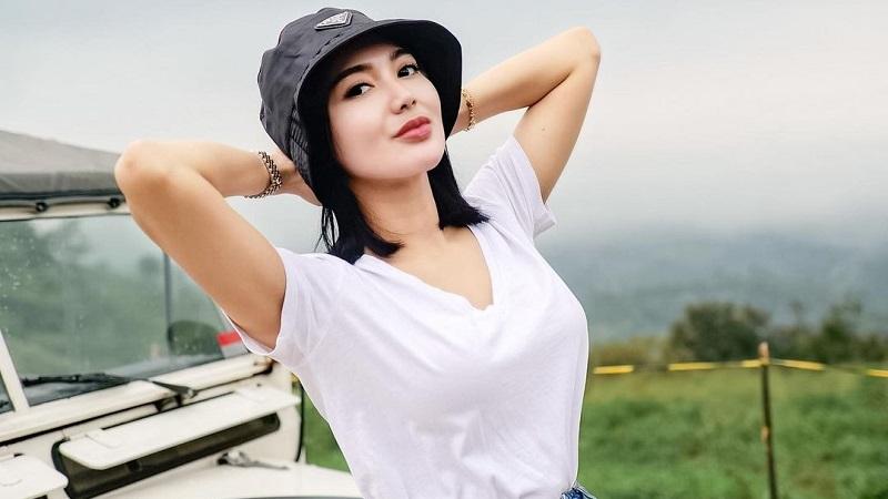 https: img.okezone.com content 2021 07 25 194 2445817 intip-pose-wika-salim-duduk-di-kap-mobil-seksi-pakai-hot-pants-K3kN0T3D1r.jpg