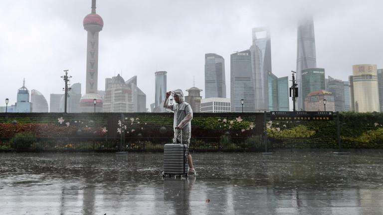 https: img.okezone.com content 2021 07 26 18 2446025 topan-in-fa-hantam-shanghai-lebih-dari-300-ribu-orang-dievakuasi-vZKPeICLa0.jpg