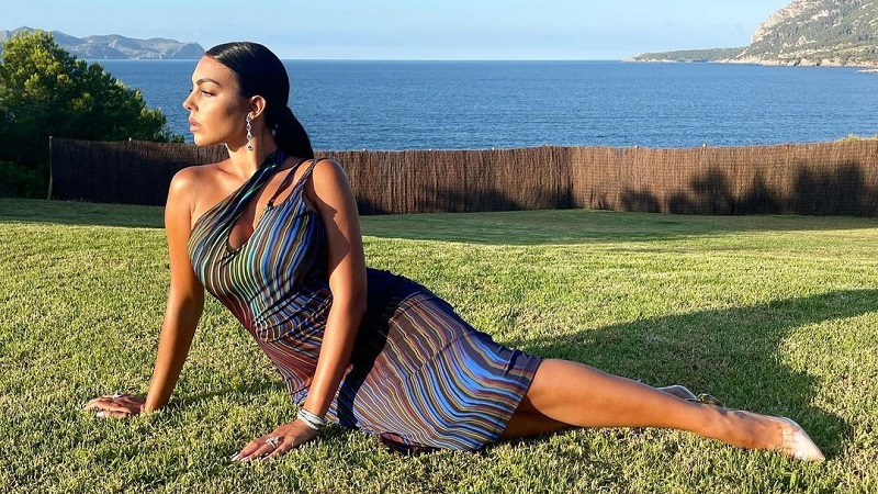 https: img.okezone.com content 2021 07 26 194 2445916 georgina-rodriguez-pose-seksi-segini-harga-dress-kekasih-ronaldo-REXyWuMcpg.jpg
