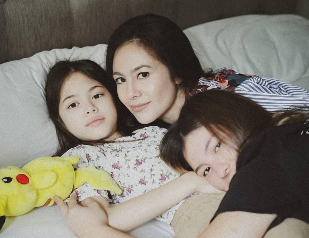 https: img.okezone.com content 2021 07 26 33 2446000 wulan-guritno-foto-sejajar-bareng-kedua-putrinya-netizen-ibunya-selalu-dihati-hZ1sWICVYF.jpeg