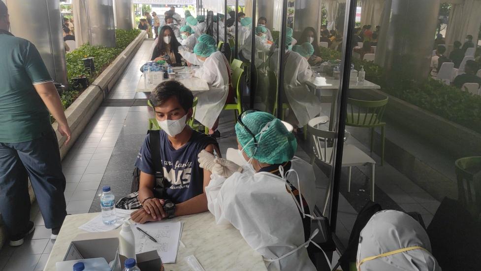 https: img.okezone.com content 2021 07 26 337 2446042 ikut-vaksinasi-mnc-peduli-di-kebon-sirih-jakpus-mahasiswa-nyaman-prosedurnya-tertib-OZnEl2XaT0.jpg