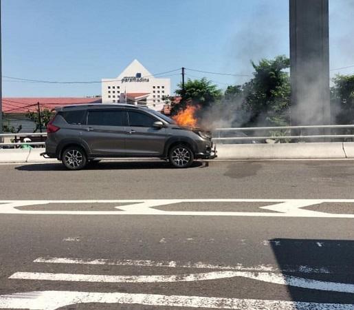 https: img.okezone.com content 2021 07 26 338 2446238 mobil-terbakar-di-tol-dalam-kota-pancoran-KpISmLGosX.jpg