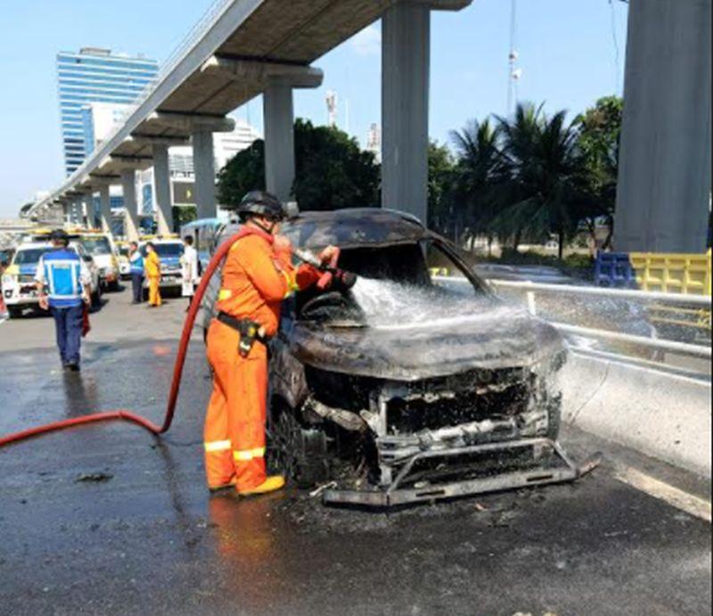 https: img.okezone.com content 2021 07 26 338 2446286 kerugian-akibat-mobil-terbakar-di-tol-dalam-kota-pancoran-capai-rp200-juta-emfT8KGUwB.jpg