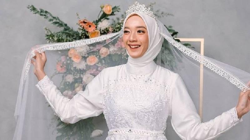 https: img.okezone.com content 2021 07 27 194 2446726 5-gaun-pengantin-muslimah-syar-i-untuk-hijabers-tampil-menawan-di-hari-bahagia-kJU37NGcj9.jpg