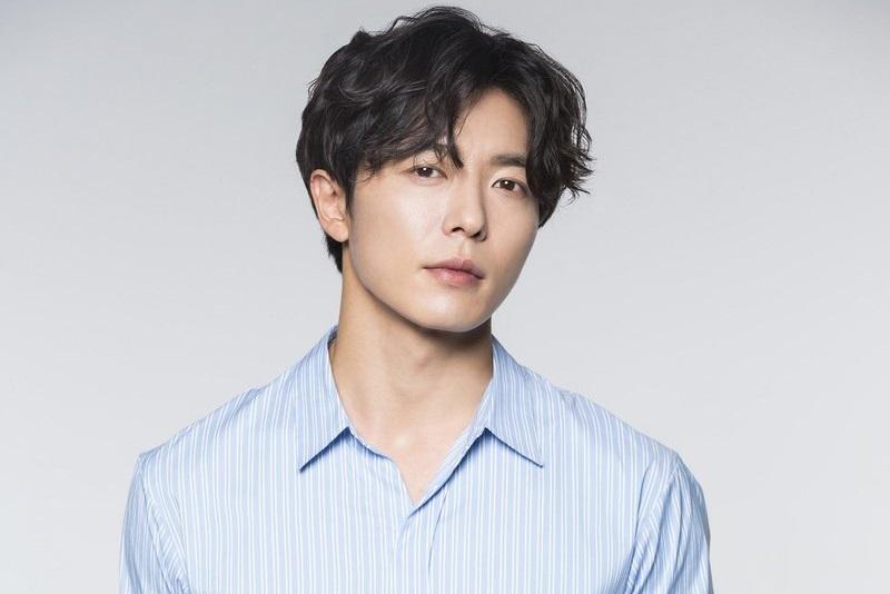 https: img.okezone.com content 2021 07 27 206 2446818 2-tahun-vakum-kim-jae-wook-berencana-comeback-lewat-crazy-love-D2aH8DZC1i.jpg