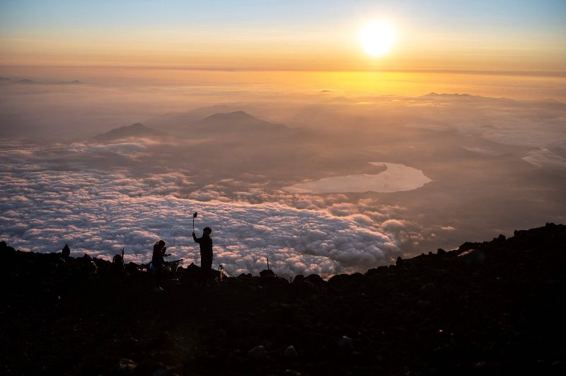 https: img.okezone.com content 2021 07 27 408 2446842 gunung-fuji-menghipnotis-para-pendaki-dengan-sunrise-spektakuler-di-atas-awan-TeudS3k05k.jpg