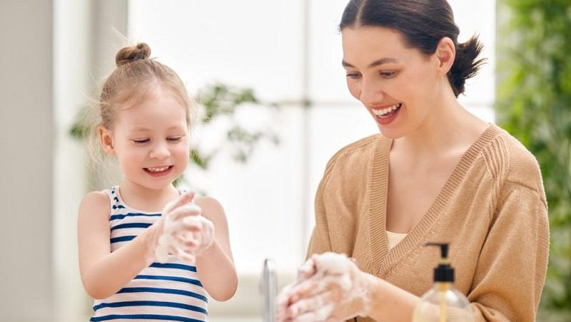 https: img.okezone.com content 2021 07 27 612 2446830 ajarkan-anak-perilaku-hidup-bersih-jelang-pembelajaran-tatap-muka-Nq07Q4HcN1.jpg
