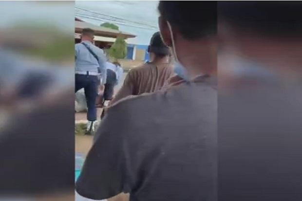 https: img.okezone.com content 2021 07 28 337 2447009 2-oknum-polisi-militer-au-yang-menginjak-kepala-warga-di-merauke-ditahan-SJCJfyYtrJ.jpg