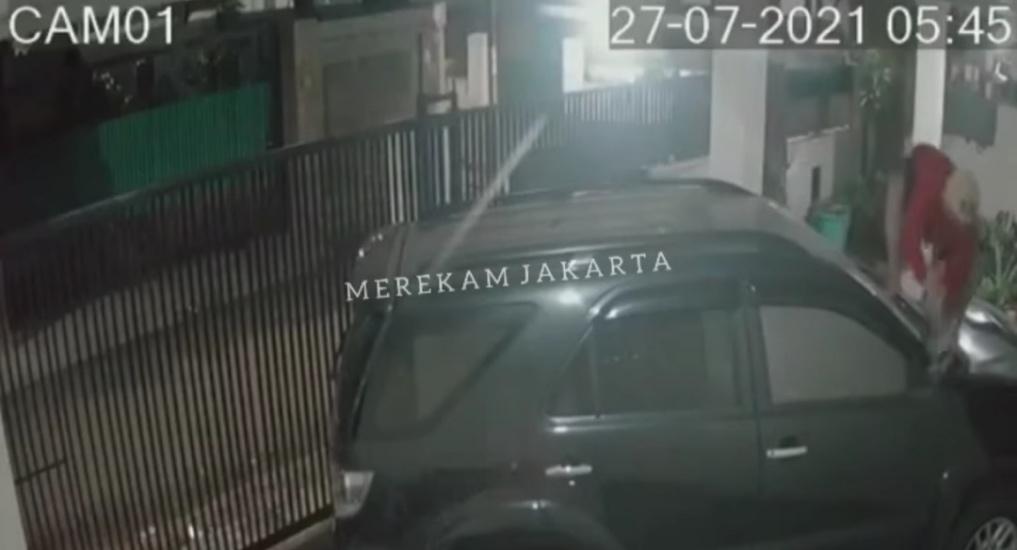 https: img.okezone.com content 2021 07 28 338 2447042 viral-rekaman-cctv-kawanan-maling-gondol-spion-fortuner-di-kebayoran-baru-GBIQS24SbD.jpg