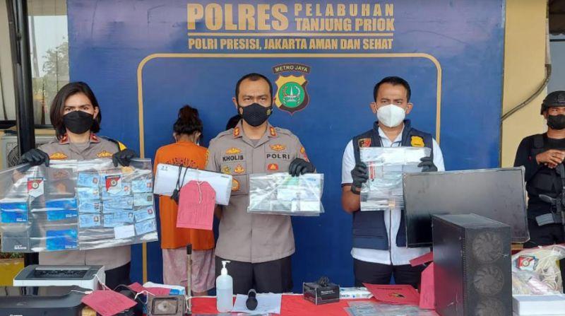 Polisi Tangkap Pasutri Pemalsu Sertifikat Vaksin Covid-19 : Okezone  Megapolitan