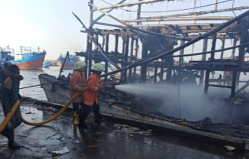 https: img.okezone.com content 2021 07 28 338 2447468 ini-penyebab-kapal-nelayan-terbakar-di-pelabuhan-muara-baru-vhILQgYmDL.jpg