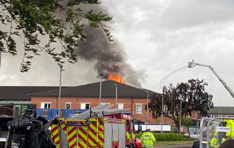 https: img.okezone.com content 2021 07 29 18 2447656 rumah-sakit-kebakaran-usai-disambar-petir-66-pasien-dievakuasi-uTSseJHX3M.jpg