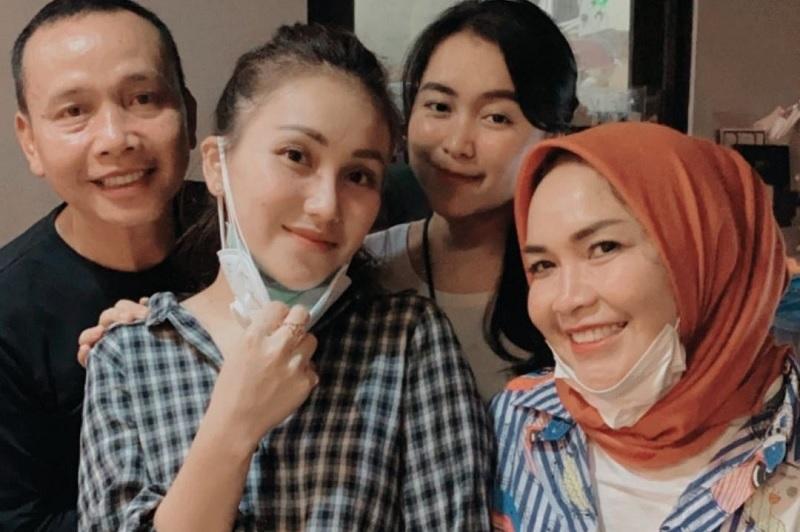https: img.okezone.com content 2021 07 29 33 2448098 haters-tak-tinggal-di-indonesia-orangtua-ayu-ting-ting-akan-buat-laporan-ke-bareskrim-UJ2jP0MYJe.jpg