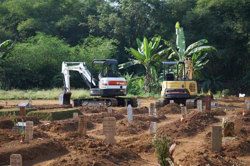 https: img.okezone.com content 2021 07 29 338 2447605 kementerian-pupr-kirim-2-excavator-ke-bogor-bantu-gali-makam-covid-19-isKOm6gfzC.jpg