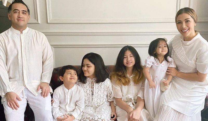 https: img.okezone.com content 2021 07 30 33 2448619 punya-4-anak-nadia-mulya-berbagi-cerita-mengasuh-anak-di-tengah-pandemi-rTBV928WBp.jpg
