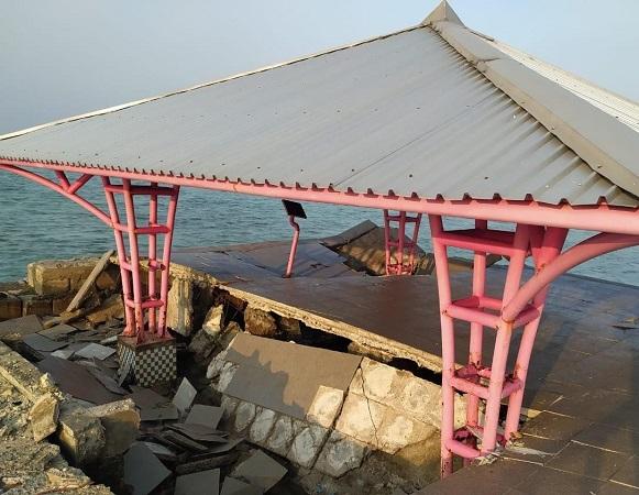 https: img.okezone.com content 2021 07 30 338 2448189 gazebo-jembatan-cinta-pulau-tidung-ambruk-begini-kondisinya-cPKkU9DE2n.jpg