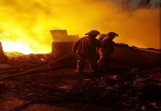 https: img.okezone.com content 2021 07 30 338 2448224 9-unit-damkar-diterjunkan-padamkan-api-yang-melalap-bangunan-semi-permanen-di-cilincing-jakarta-utara-imirDM5cdZ.jpg
