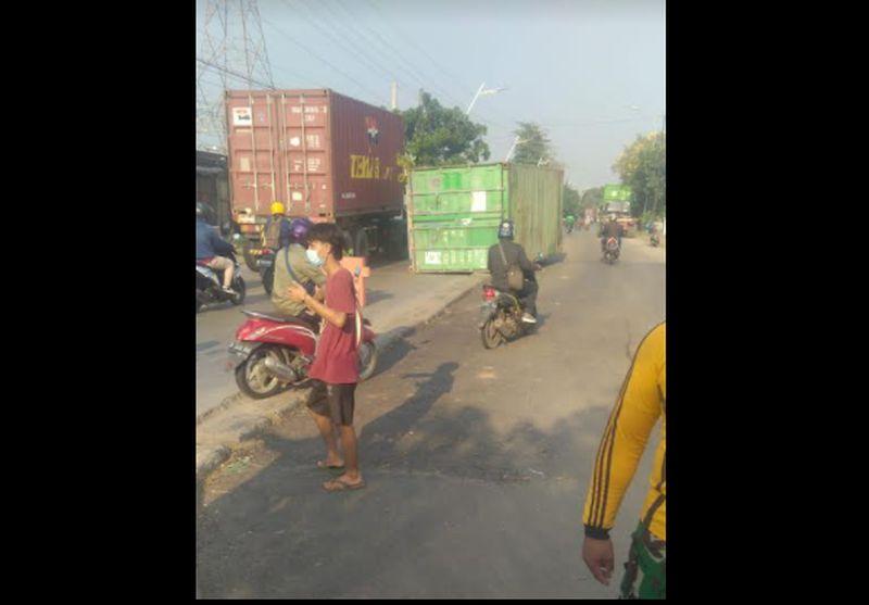 https: img.okezone.com content 2021 07 30 338 2448267 tabrak-pembatas-jalan-kontainer-lepas-dari-truk-di-jalan-martadinata-ancol-88FpWHBAX1.jpg