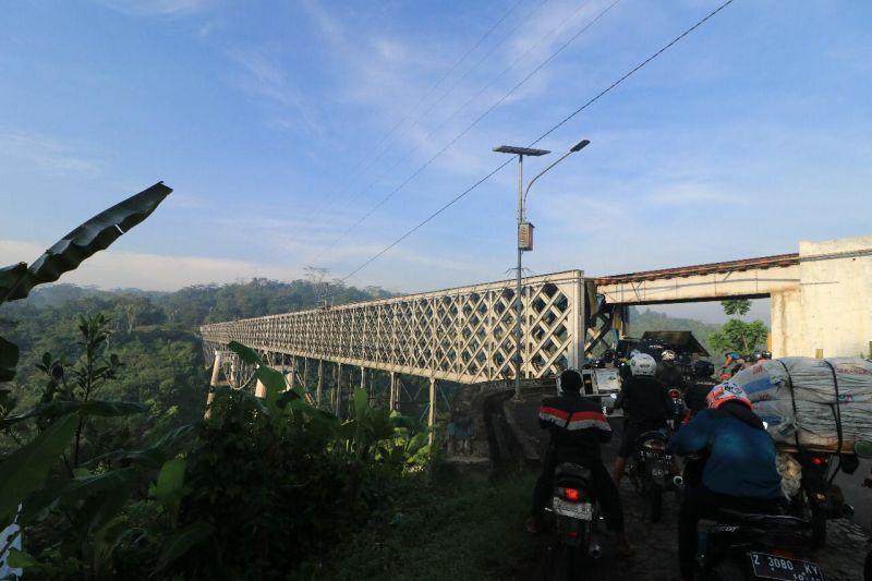 https: img.okezone.com content 2021 07 30 525 2448624 jembatan-cirahong-buatan-belanda-kembali-difungsikan-setelah-ditutup-satu-bulan-atQKfbPj2c.jpg