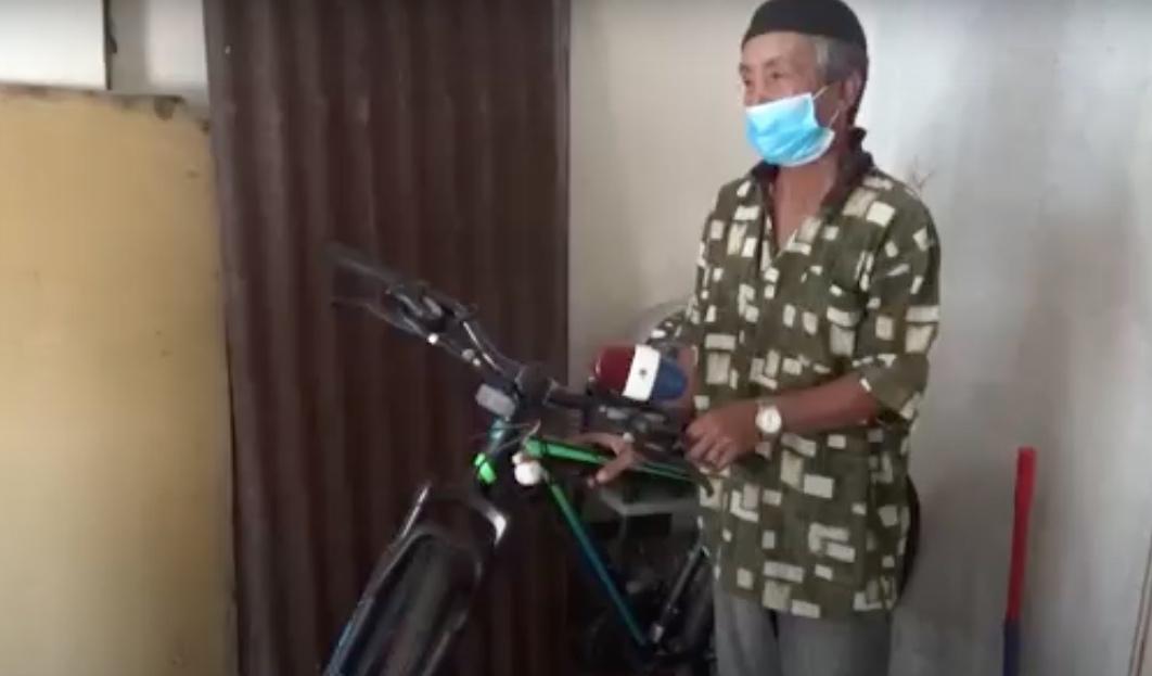 https: img.okezone.com content 2021 07 30 609 2448524 sosok-dan-keseharian-kakek-safaruddin-yang-viral-bersepeda-puluhan-kilometer-demi-vaksin-Wrs8d62gCS.jpg