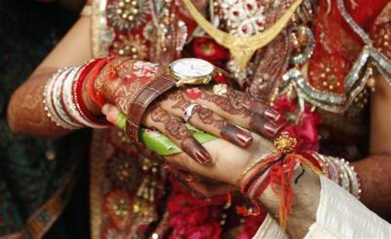 https: img.okezone.com content 2021 07 31 337 2448994 pernikahan-tak-biasa-berikut-kejadian-pria-nikahi-2-wanita-bersamaan-fOHQXDk5Jg.jpg