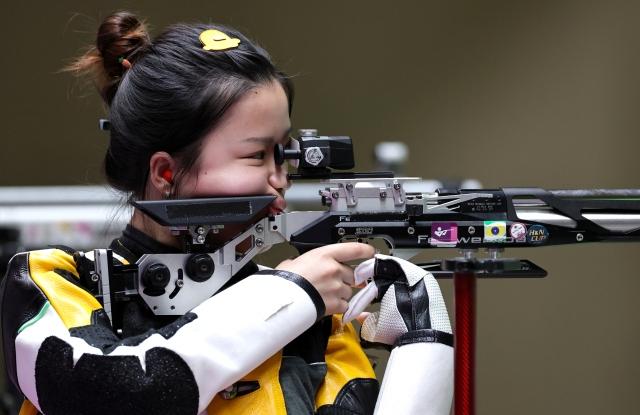 https: img.okezone.com content 2021 07 31 43 2449010 penembak-china-yang-qian-rebut-emas-olimpiade-tokyo-2020-jepit-rambut-bebek-diburu-pembeli-8840udQwuZ.jpg
