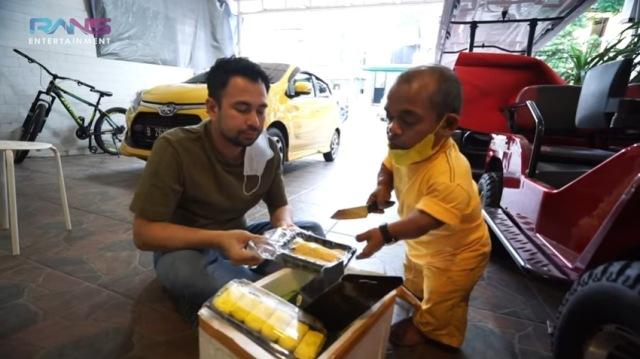 https: img.okezone.com content 2021 07 31 612 2449049 heboh-ucok-baba-beri-durian-ke-raffi-ahmad-dibayar-pakai-mobil-baru-C8wOFKYu6z.jpg