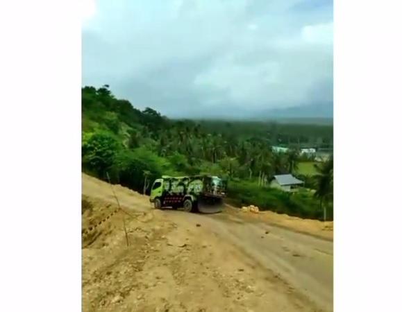 https: img.okezone.com content 2021 08 01 338 2449199 viral-video-detik-detik-truk-kecelakaan-terjun-ke-jurang-f3EWhCPZN5.jpg