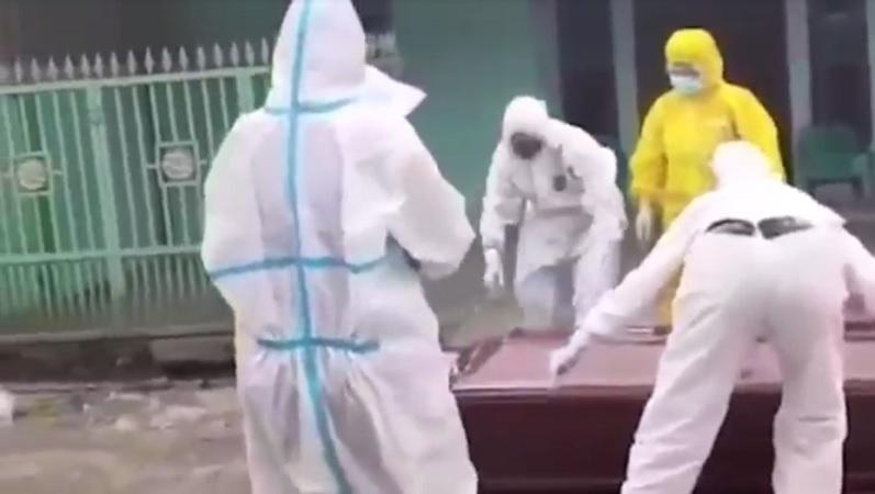 https: img.okezone.com content 2021 08 01 608 2449255 pasien-isolasi-mandiri-ditemukan-meninggal-di-teras-rumah-SYfBhBm5yi.jpg