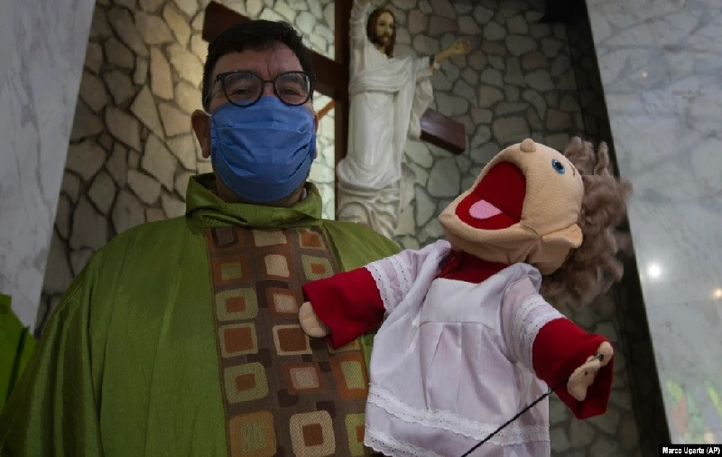 https: img.okezone.com content 2021 08 02 18 2449440 pastor-ini-pakai-boneka-puppet-agar-anak-anak-ikut-misa-di-gereja-eWYhHhFLVp.jpg