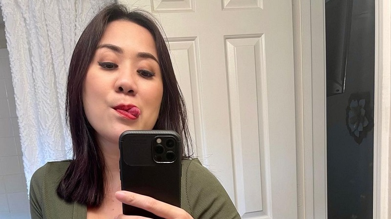 https: img.okezone.com content 2021 08 02 194 2449334 intip-gaya-centil-tante-ernie-foto-selfie-di-depan-cermin-JrSFjQobkm.jpg