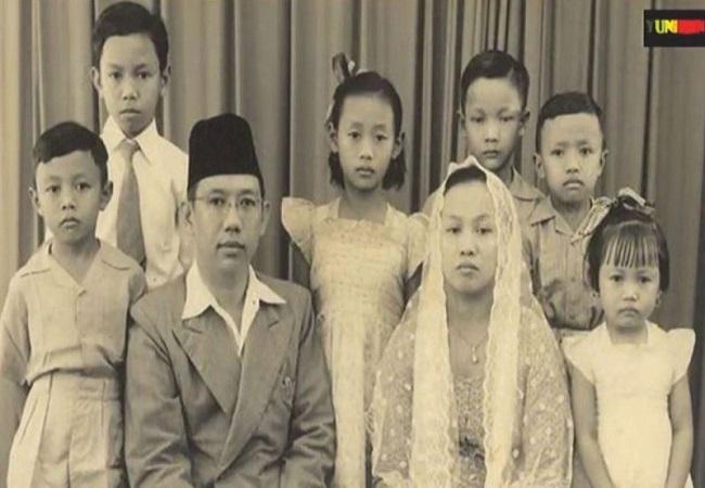 https: img.okezone.com content 2021 08 02 337 2449355 kisah-nyai-sholichah-munawwaroh-teladan-single-parent-yang-inspiratif-WvPwxoP2EF.jpg