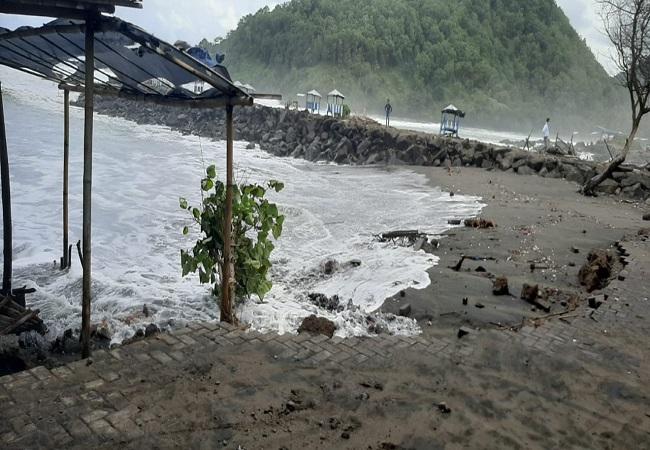 https: img.okezone.com content 2021 08 02 340 2449381 bpbd-minta-warga-kebumen-waspadai-gelombang-tinggi-pantai-suwuk-6A1pVUh2JW.jpg