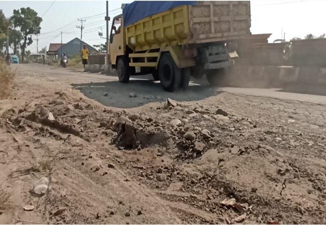 https: img.okezone.com content 2021 08 02 340 2449398 bupati-pemalang-janji-perbaiki-jalan-penghubung-kabupaten-yang-rusak-secepatnya-m7RAoZig5a.jpg